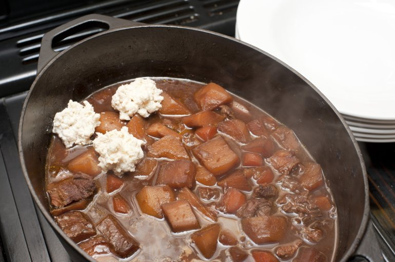 how to make beef stew and dumplings on the hob